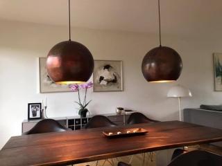 Smukke brune kobberlamper over spisebord
