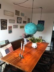 Hygge ved spisebord med smukke oxiderede lamper